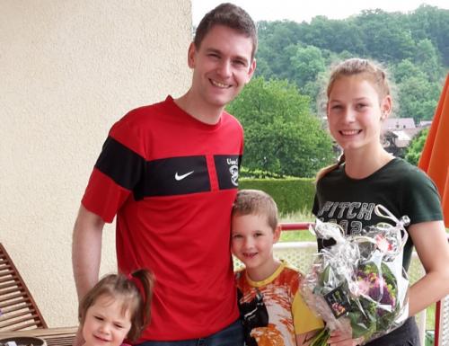 1. Vorstand Uwe Sailer überbringt Blumen als  Glückwunsch zum EM-Titel
